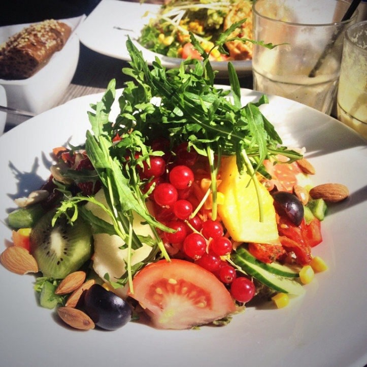 Healthy paleo colourful late lunch @Salad & Co.